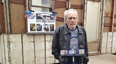 An Emotional Merle Haggard Visits Childhood Home For First Time In Over 40 Years Country Music Lyrics, Country Music Videos, Country Music Singers, Country Artists, Cmt Music, Loretta Lynn, Over 40, Modern Hairstyles, Music Guitar