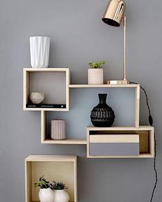 Composição de nichos na parede. Podemos criar muitas coisas com esses nichos!!  www.diycore.com.br #AMOR #arte #arquitetura #nicho #parede #composicao #dicas #blog #blogdecor #cor #parede #luminaria #casa #cores #DIY #decor #video #design #decoração #fofura #madeira #barbante #home #homemade #homedesign #instahome #sala
