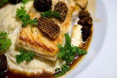 Tiefer gelegt: Gebratener Kabeljau auf Blumenkohlpüree mit Morchelsauce | Rezept | Rezepte mit Bildern für die anspruchsvolle Hobbyküche
