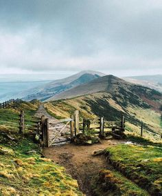 Location, Mam Tor, Castleton, Derbyshire, U. Landscape Photography, Nature Photography, Landscape Art, Photography Tips, Choses Cool, Countryside Landscape, Scenery Pictures, British Countryside, Parc National