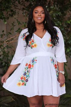 Buy plus size women's tops from Fashionmia. We have women's plus size fashion tops of many trendy styles and colors with cheap price. Look Plus Size, Curvy Plus Size, Plus Size Model, Plus Size Tops, Flattering Plus Size Dresses, Plus Size Maxi Dresses, Plus Size Outfits, Dresses With Sleeves, Peplum Dresses