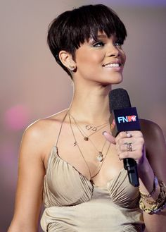 Long pixie hairstyles are a beautiful way to wear short hair. Many celebrities are now sporting this trend, as the perfect pixie look can be glamorous, elegant and sophisticated. Here we share the best hair styles and how these styles work. Rihanna Hairstyles, Trending Hairstyles, Pixie Hairstyles, Short Wedge Hairstyles, Looks Rihanna, Short Pixie Haircuts, Black Pixie Haircut, Short Wedge Haircut, Pixie Bob