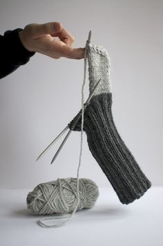 Knit socks - 42 inspirational examples for enthusiastic beginners knit socks colorful socks knitting pattern gray half finished Always aspired to learn how to knit, although not sure the. Knitting Stitches, Knitting Socks, Knitting Patterns Free, Knit Patterns, Free Knitting, Knit Socks, Free Pattern, Knitted Slippers, Crochet Slippers