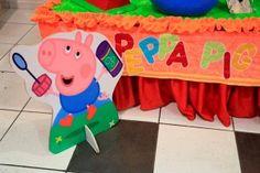 Enfeite cartonado do personagem George, do desenho Peppa Pig! Tudo sobre esta festa infantil no blog Mamãe Prática. Acesse: http://mamaepratica.com.br/2014/08/22/festa-da-peppa-pig/ decoração infantil, festa infantil, festa, Peppa Pig, festa da Peppa, porquinha, criança, infância