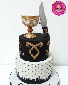 Shadowhunters - cake by MileBian Shadowhunters Series, Shadowhunters The Mortal Instruments, Bolo Supernatural, Bolo Musical, Bolo Harry Potter, Clary Y Jace, Nutella Brownies, Jace Wayland, City Of Bones