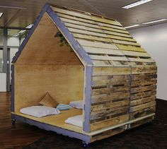 Small pallet house - so cool! For the kiddos to play in... Andy can build this with his Dad...