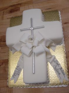 Pretty cross cake for communion or baptism Baptism Cross Cake, Baptism Party, Baby Christening, Baptism Ideas, Decoration Communion, Communion Centerpieces, First Communion Cakes, Première Communion, Comunion Cakes