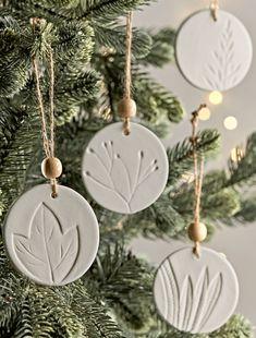Scandi Christmas Decorations, Scandinavian Christmas Trees, Gold Christmas Tree, Christmas Diy, Scandinavian Style, Christmas Tree Ideas, Glass Christmas Baubles, Natural Christmas Tree, Christmas Tree Inspiration