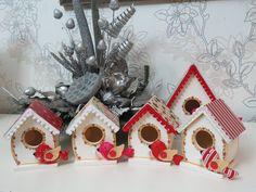 Casinhas de pássaros com decoração natalina