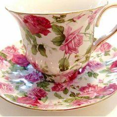 Šálek na čaj * bílý porcelán s ručně malovanými barevnými růžemi.