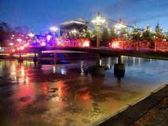 Turun Teatterisillalla on kuusien ohella elämyksellinen ja vaihtuva valo- ja äänimaisema. On siinä ollut sillan ali uivilla kaloilla ihmettelemistä. (Kuvat:Jukka Vehmanen)