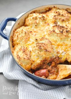 Low carb and gluten free Keto Chili Dog Pot Pie Casserole. So many delicious things, all in one casserole: grass-fed hot dogs, chili, biscuits. Keto Chicken Casserole, Ground Beef Casserole, Casserole Recipes, Mexican Casserole, Pizza Casserole, Casserole Dishes, Low Carb Recipes, Beef Recipes, Recipies