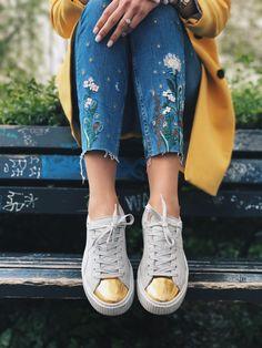 Sommertrends 2017: bestickte Jeans mit Puma Sneaker