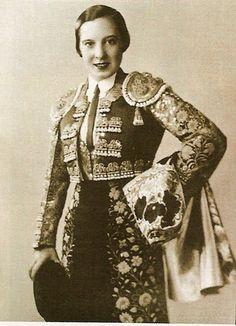 ¿Sabías que en 1933 se permitió a las mujeres volver a torear, surgiendo la figura de Juanita Cruz, primera mujer en tomar la alternativa? Siete años más tarde, Juanita Cruz fue vetada en España por Franco que incluso prohibió informar sobre sus actuaciones en México a los medios de comunicación. Se retiró en 1946.