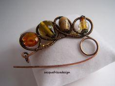Spilla in rame anticato e lucidato ,perle di vetro nei colori della terra,totalmente fatta a mano.