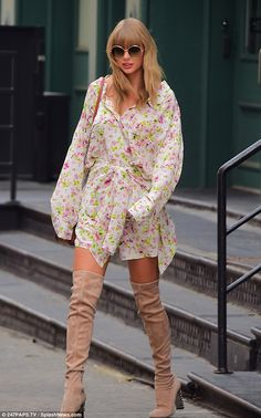 Taylor Swift flaunts her long lean legs in thigh-high boots and a flirty mini dress while out in NYC Style Taylor Swift, Taylor Swift Outfits, Taylor Alison Swift, Taylor Swift Fashion, Caban Bleu Marine, Thigh High Boots Outfit, Knee Boots, Leggings Gris, Kj Apa Riverdale
