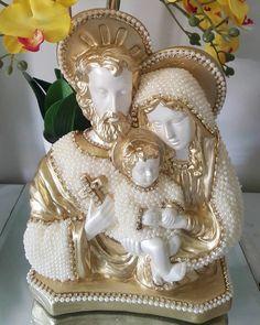 Sagrada Família de gesso, revestido em pérolas com detalhes em strass (na cruz), com 28 cm de altura.