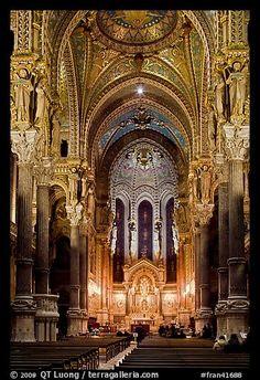 Dentro de Notre-Dame de Fourvière basílica, decorada con frescos.  Lyon, Francia