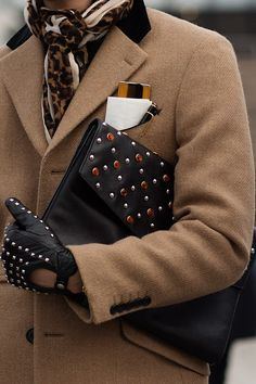 """What an iconic accessories captured by """"The Sartorialist"""" Scott Schuman!   http://www.thesartorialist.com/photos/on-the-street-fashion-in-detail-florence-2/"""