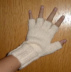 Good technique for mittens with only two needles. :D did this for myself, friends and even for my dad. Crochet Mittens, Fingerless Mittens, Crochet Poncho, Knitted Gloves, Free Crochet, Knitting Projects, Crochet Projects, Poster Design, Wrist Warmers