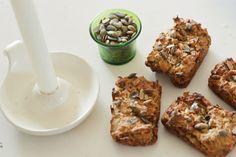 Minirugbrød er super gode til madkassen, dels kan de spises som de er, fyldes med lidt salat og pålæg eller agerer sandwichbrød. Masser af muligheder. Det er ikke et klassisk rugbrød, men med en let svampet konsistens som smager helt fantastisk.Til ca. 8 minirugbrød skal du bruge følgende