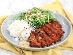Tonkatsu - japansk schnitzel med krämig kålsallad Baby Food Recipes, Chicken Recipes, Healthy Recipes, Food Baby, Healthy Foods, Tonkatsu, Asian Recipes, Ethnic Recipes, Collard Greens