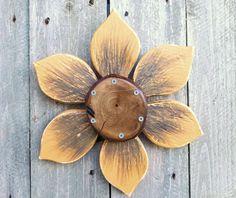 Tree Slice Wood Flower Rustic Autumn Wood Flower by SouvenirFarm Garden Crafts, Home Crafts, Barn Star Decor, Wooden Cutouts, Wooden Stars, Wooden Flowers, Star Decorations, Wood Creations, Outdoor Art