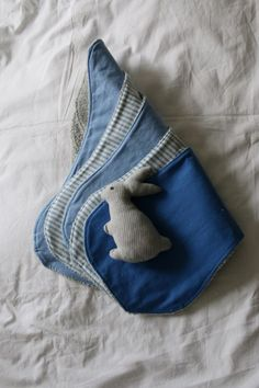 Spucktücher aus Handtuch und Stoffresten / Burp cloths from towel and scraps of fabric / Upcycling