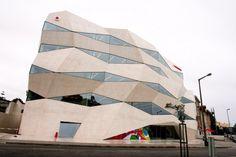 Pognieciony biurowiec Vodafone