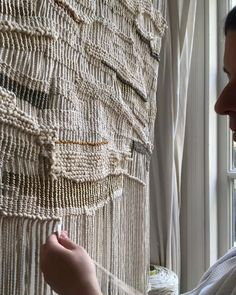 How to make a Weavers knot Weavers knot in a macramé piece. The post How to make a Weavers knot appeared first on Pro. Macrame Wall Hanging Patterns, Weaving Wall Hanging, Macrame Art, Weaving Art, Macrame Knots, Macrame Patterns, Weaving Patterns, Loom Weaving, Tapestry Weaving