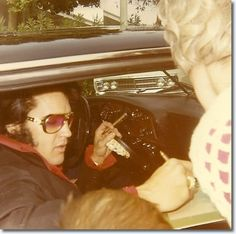 Elvis Presley: The One And Only King — Elvis signing autographs - I Quit Smoking, Cigar Smoking, People Smoking, Most Beautiful Man, Gorgeous Men, King Elvis Presley, Elvis Presley Pictures, You're Hot, King Of Music