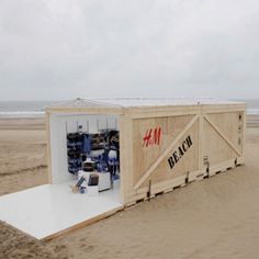 H pop-up store – Outdoor-Campaign #ambient #marketing #creative #guerillamarketing #directmarketing #guerilla <<< repinned by www.BlickeDeeler.de | Follow us on www.facebook.com/BlickeDeeler