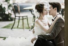韓劇的流行,使得韓國文化漸漸在台灣掀起一陣旋風,尤其近年來隨著《來自星星的你》、《皮諾丘》、《沒關係,是愛情啊》等劇在台熱播,這股韓流不僅吹進了音樂、綜藝、彩妝、流行時尚等領域,現在更連婚紗攝影市場都被「韓」風滲透,越來越多台灣的新人選擇到韓國拍攝婚紗照。 究竟韓式婚紗攝影有甚麼魅力,讓新人願意多花一大筆錢,遠赴韓國拍攝?看完以下的 10 點大解析,也許妳會明白韓式婚紗攝影的魅力所在。