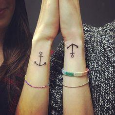 60 - Tatuagem de âncoras cobertas nos pulsos