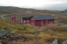 Ny-Sulitjelma - Sulitjelmfjell (lapland, 1990). Na meer dan 12 uur komen we in deze hut aan. Moe na een lange tocht van 3 weken en een dag vol regen en eindeloze sneeuwvelden.