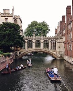 The Bridge of Sighs, the most romantic place in town. It connects the old and new college buildings of St John's College. Actually it has very little in common with its Venetian namesake, beyond the fact that both of them are covered. • And Queen Victoria is said to have loved it more than any other place in Cambridge. Not surprising!♥️ • #cambridge #visitbritain #mytinyatlas #cambridgelittlegems #omgbcontest