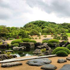 #足立美術館 #日本一の庭園 . あなたの島根お気に入りの場所をコメントorメッセージで教えてください。 . ■庭園 枯山水庭、白砂青松庭、苔庭、池庭など、50,000坪の広大な日本庭園は四季折々の美しい佇まいを見せてくれます。この日本庭園は、米国の日本庭園専門誌「ジャーナル・オブ・ジャパニーズ・ガーデニング」の庭園ランキングで14年連続日本一(2003~2016)に選ばれ、海外でも高い評価を得ています。 . ■名画 横山大観、竹内栖鳳、川合玉堂、富岡鉄斎、榊原紫峰、上村松園等々、近代日本画壇の巨匠達の作品約1,500点を収蔵し、特に、約120点を数える横山大観コレクションは有名で、年4回展示替えを行い、四季ごとに特別展を開催しています。 . ■■■基本データ■■■ 〒692-0064  #安来市 古川町320 0854-28-7111 9:00~17:30(4月~9月) 9:00~17:00(10月~3月) 年中無休 大人2,300円、大学生1,800円、高校生1,000円、小・中学生500円 . #日本庭園 #庭園 #garden #japanesegarden…