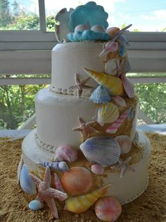 Beach theme wedding cake, iced in butter cream w/ handmade gum paste seashells. So elegant I love this cake. Beach Themed Cakes, Beach Cakes, Themed Wedding Cakes, Pretty Cakes, Cute Cakes, Beautiful Cakes, Amazing Cakes, Divorce Cake, Bridal Shower Cakes