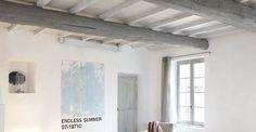 Repeindre un plafond avec poutres en bois apparentes - CôtéMaison.fr