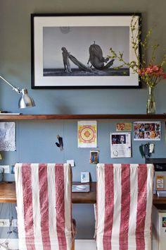 Ideas para tu home office: sillas enfundadas con lienzo teñido a mano en alegre rayado (Casa Almacén), una forma de sumar color a lo que ya tenemos y darle versatilidad (basta con cambiar las fundas para renovar por completo el sector).