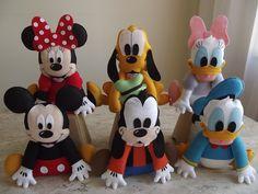 kit 6 personagens Turma do Mickey para decoração de mesa temática.    O kit possui os personagens principais da turma: Mickey, Minnie, Pluto, Pateta, Donald e Margarida.  *OBS: Desejando, o Toodles pode ser adicionado ao kit . por mais R$30,00.    Pode ser mudada a opção dos personagens, desde qu... Mickey Mouse Doll, Mickey Mouse House, Minnie Mouse Theme, Felt Doll Patterns, Animal Sewing Patterns, Felt Diy, Felt Crafts, Diy And Crafts, Disney Plush