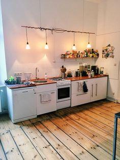 Superschöne Altbau-Küchenzeile mit Holzboden und kreativer Beleuchtung. #küche #kitchen #wg #wgzimmer #wohnen