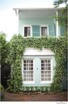 13 Beautiful Photos of Charleston's Historic Homes - Explore Charleston Blog Front Door Planters, Charleston Homes, Coastal Colors, Land Of Enchantment, Exterior House Colors, Coastal Homes, Historic Homes, Provence