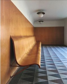 From the wall, straight to seating in these waiting rooms at Trons Kapell designed by Swedish architect Gunnar Asplund. Curved Wood, Curved Walls, Curved Bench, Home Interior, Interior And Exterior, Interior Decorating, Bank Interior Design, Bauhaus Interior, Architecture Details