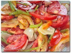 Minha salada preferida não é a caprese, nem a ceasar, nem salada tailandesa, é uma saladinha muito simples! Tomate italiano cortado em rodelas e depois ao meio, aquela cebolinh…
