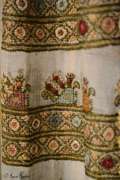 Romanian blouse detail. Adina Nanu collection Creative Embroidery, Folk Embroidery, Learn Embroidery, Modern Embroidery, Embroidery Stitches, Embroidery Patterns, Machine Embroidery, Antique Quilts, Folk Costume