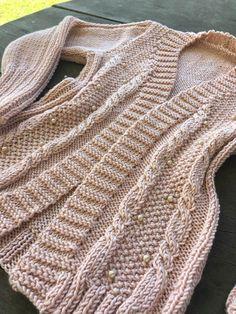 Cardigan Rose com Pérolas Knit Cardigan Pattern, Crochet Cardigan, Cardigan Rosa, Crochet Fabric, Pullover, Knitting, Jackets, Fashion, Crochet Doll Clothes