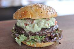 Der California-Burger ist ein Highlight! Die Avocado-Mayonnaise sorgt für frischen und fruchtigen Geschmack, der perfekt mit gegrilltem Beef harmoniert.