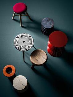 Verschillende krukjes en bijzettafeltjes in verschillende kleuren en vormen, die erg leuk met elkaar te combineren zijn in een interieur