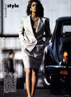 A mulher Yuppie tentava competir de igual para igual com os homens no mercado de trabalho, e por isso tentava seguir a tendência da moda masculina. Desta forma surgem fatos, camisas e gravatas para mulheres. A saia reta e o casaco com ombros marcados ganha força para as mulheres de negócio. As silhuetas eram lineares de forma a não enfatizar a feminilidade.